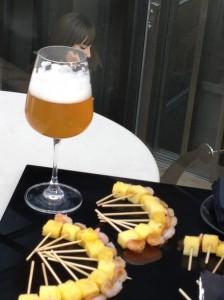 Cerveza de trigo y pincho tropical