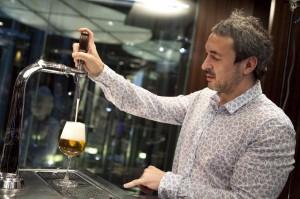 Paco Paton sirviendo una Cerveza
