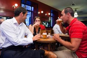 Grupo de amigos cerveceando