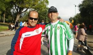 Sevillista y bético, dos Beer Runners posando abrazados en el encuentro Beer Runners Sevilla