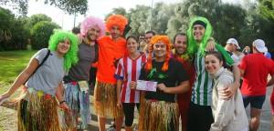 Beer Runners disfrazados con pelucas y faldas hawaianas