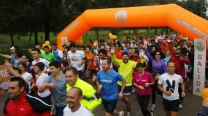 Foto del comienzo de la carrera Beer Runners con una sonrisa en la cara de los participantes