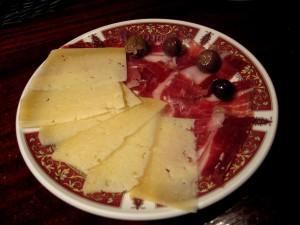 Tapa de jamón serrano y queso curado