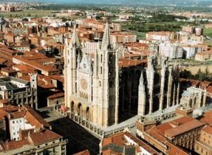 Vista panorámica de ciudad de León con la catedral como centro