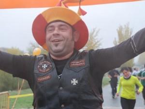 Beer Runner con gorro de juglar llegando a la meta