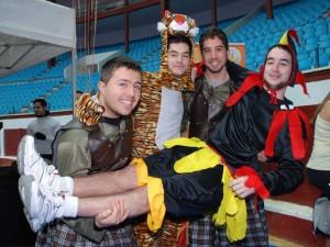 Beer Runner disfrazado de Tigre con sus amigos