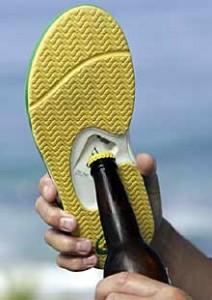 Imagen de una zapatilla con un abridor en la planta