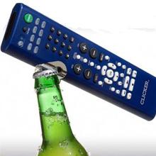 Imagen de un mando a distancia con abridor incorporado en uno de los laterales