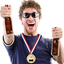 Imagen de un joven portando el abridor con forma de medalla de oro y brindando con cerveza