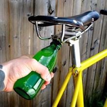 Imagen de abridor incrustado en bicicleta