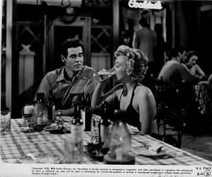 Marilyn Bebiendo cerveza