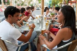 Cerveceando en una terraza