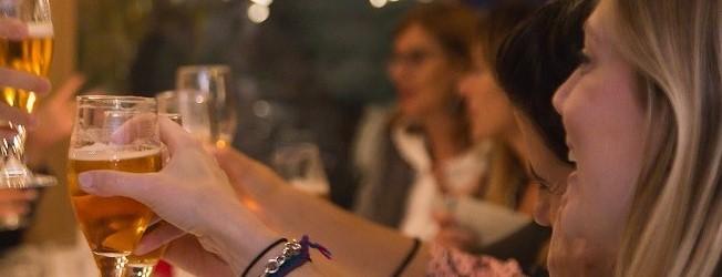 reunion de mujeres que toman cerveza