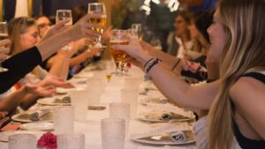 reunión de mujeres que toman cerveza